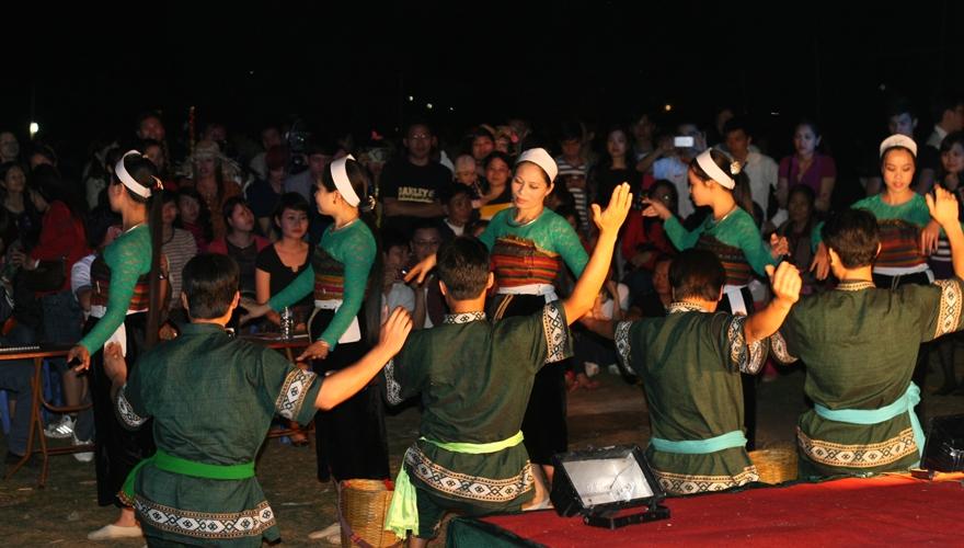 biểu diễn văn nghệ cộng đồng tại Mai Châu