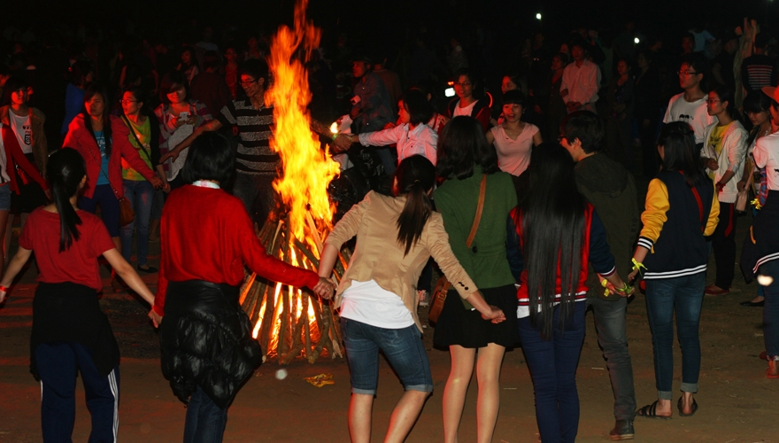 vui đốt lửa trại ở Mai Châu - saomaitourist