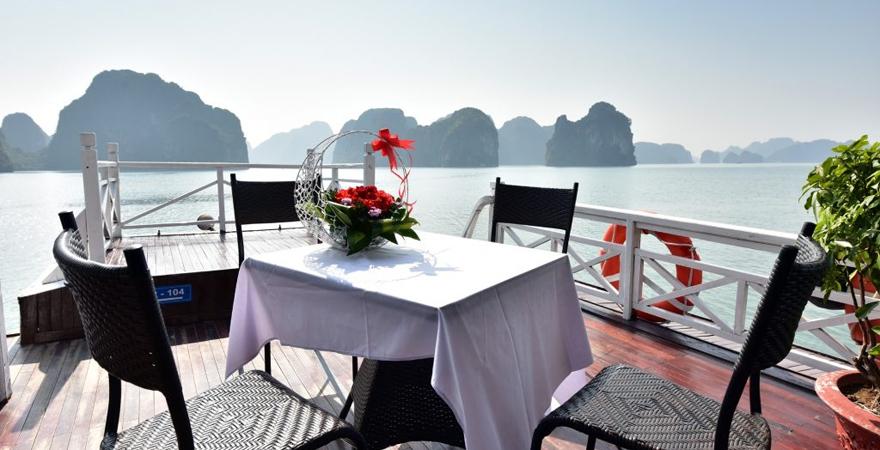cho thuê tàu riêng thăm vịnh hạ long - saomaitourist